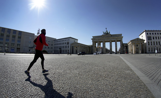 גבר רץ בשער ברנדנבורג ריק מאנשים, ברלין
