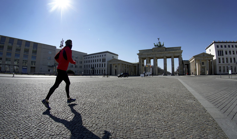 גבר רץ בשער ברנדנבורג ריק מאנשים, ברלין (צילום: Michael Sohn, AP)