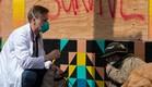 רופא משוחח עם חסר בית בסן פרנסיסקו (צילום: Josh Edelson, getty images)