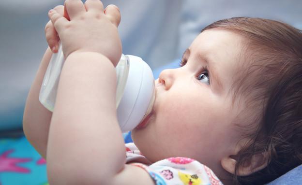 תינוקת שותה פורמולה מבקבוק (צילום: shutterstock)