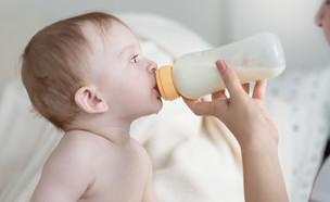 תינוק שותה פורמולה מבקבוק (צילום: shutterstock)