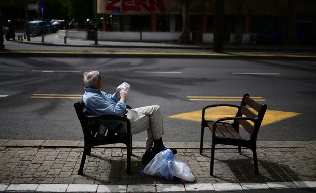 אדם מבוגר בתל אביב הריקה בגלל הקורונה (צילום: תומר נויברג, פלאש 90)