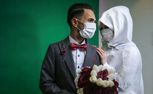 זוג בצילומי חתונה בחאן יונס בתקופת הקורונה (צילום: SAID KHATIB, getty images)