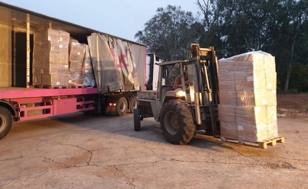 הציוד שהביא המוסד נכנס במשאיות למחסנים בצריפין. לק