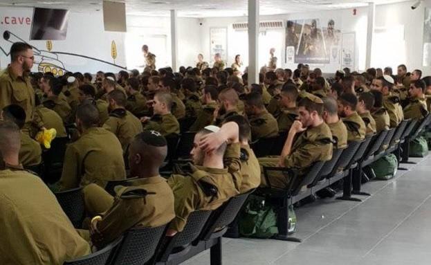 """חיילים מתקהלים בבקו""""ם בניגוד לנהלים"""