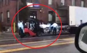 מלגזה מעמיסה גופות בניו יורק (צילום: dailymail)