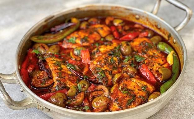 תבשיל דג ברמונדי עם זיתים ופלפלים (צילום: רעות עזר)