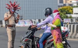 מעוררים מודעות באמצעות קסדות קורונה. הודו (צילום: CNN)