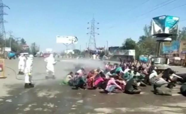 הודו: ריססו את האזרחים בחומר חיטוי כדי למנוע הפצת הקורונה  (צילום: CNN)