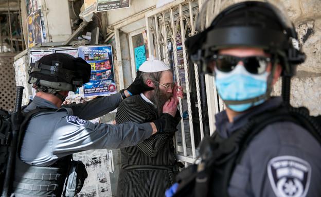 שוטרים אוכפים את הנחיות הבידוד במאה שערים בירושלים (צילום: Olivier Fitouss, פלאש 90)
