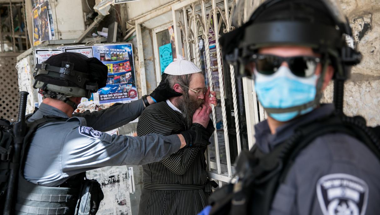 שוטרים אוכפים את הנחיות הבידוד במאה שערים בירושלים