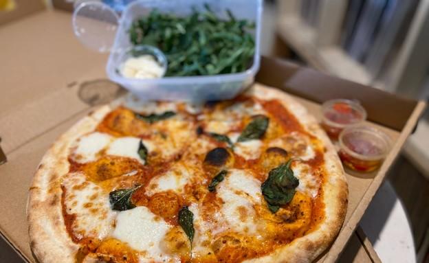 פיצה פלורה בתוספת פרמזן ורוקט (צילום: צילום ביתי, אוכל טוב)