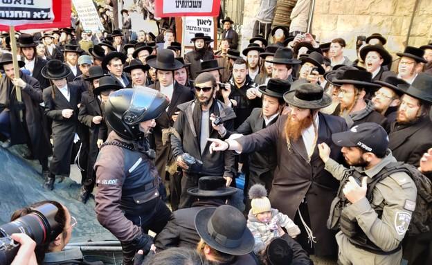 מוחים חרדים מתעמתים עם כוחות המשטרה בירושלים (צילום: מחאת החרדים הקיצוניים)