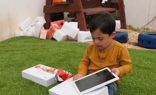 """טאבלטים לילדים עם צרכים מיוחדים (צילום: מתוך """"חי בלילה"""", קשת 12)"""