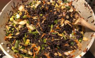 אטריות שחורות מוקפצות עם ירקות (צילום: אלה שיין , אוכל טוב)