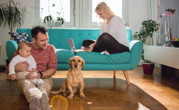 משפחה בבית עם כלב (צילום: צילום מסך מתוך ווטסאפ)