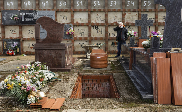 בית קברות בספרד אתמול (צילום: AP)