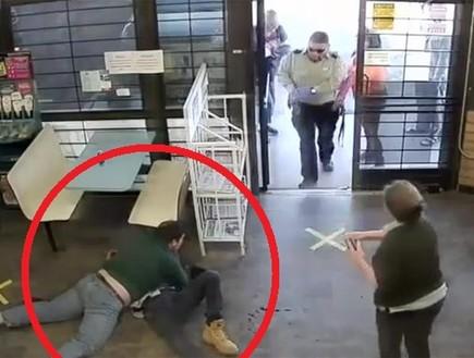 טירוף מול המצלמה: מתאבק בן 16 הכניע עבריין שניסה לחטוף ילדה