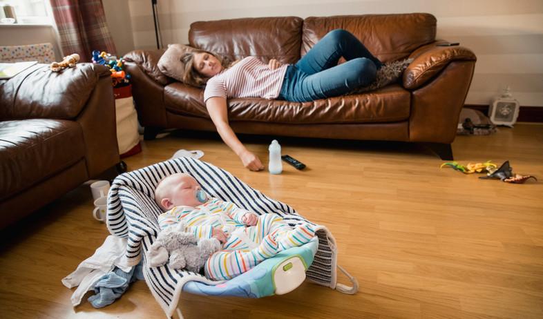 אמא מותשת ישנה על הספה (אילוסטרציה: DGLimages, shutterstock)