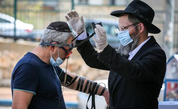 הנחת תפילין בעת מגפת הקורונה (צילום: דוד כהן, פלאש 90)