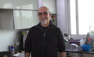"""ישראל אהרוני מבשל נודלס עם פרגיות אסייתיות  (צילום: מתוך """"ישראל מבשלת ביחד"""", קשת 12)"""