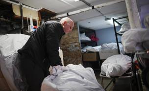 """קורונה בניו יורק, ארה""""ב. מפנים את הגופות (צילום: John Minchillo, ap)"""
