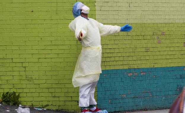 עובד בית חולים בניו יורק במהלך מגפת הקורונה (אפריל (צילום: Mary Altaffer, ap)