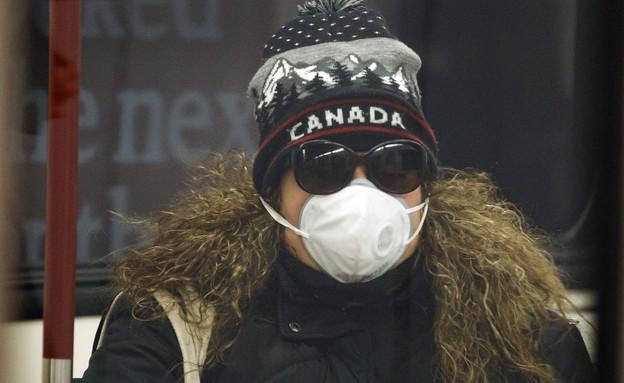אישה במהלך התפרצות הקורונה בטורונטו קנדה (אפריל 20 (צילום: Cole Burston, getty images)