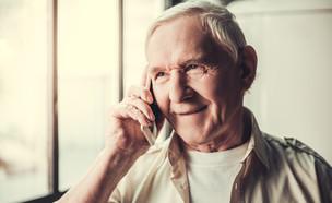 סבא מדבר בטלפון (צילום: shutterstock By George Rudy)