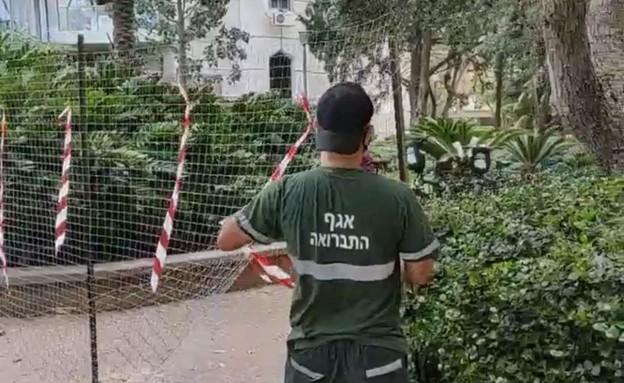 עובדי עיריית בני ברק מפרקים את הגדר ברמת גן (צילום: N12)