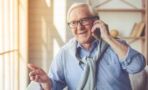 קשיש מדבר בטלפון (צילום: VGstockstudio, shutterstock)