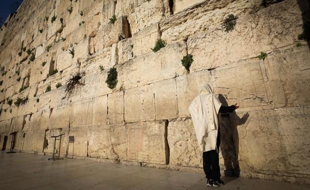 יהודי מתפלל ברחבה הריקה של הכותל המערבי במהלך מגפת (צילום: יוסי זמיר, פלאש 90)