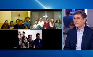 פרופ' גבי ברבש בשיחה עם משפחתו  (צילום: החדשות 12, החדשות12)