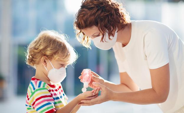אמא וילד מסכות (צילום: Shutterstock)