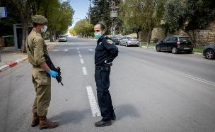 חייל ושוטר במחסום זמני בירושלים בזמן הפסח (צילום: נתי שוחט, פלאש 90)