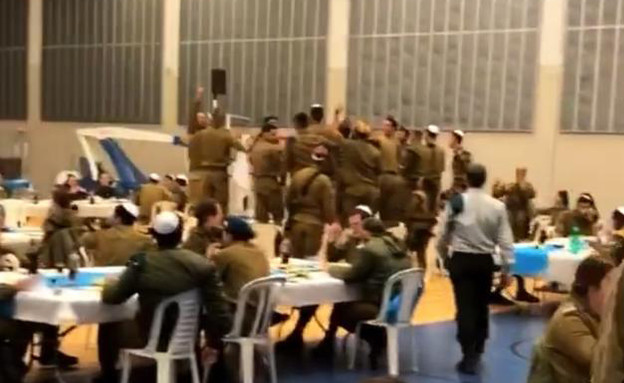 חיילים בבסיס אינם מקפידים על הנחיות משרד הבריאות (צילום: אינסטגרם)