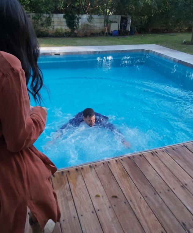 עמרי בן נתן נופל למים באמצע יום צילום. אפריל 2020