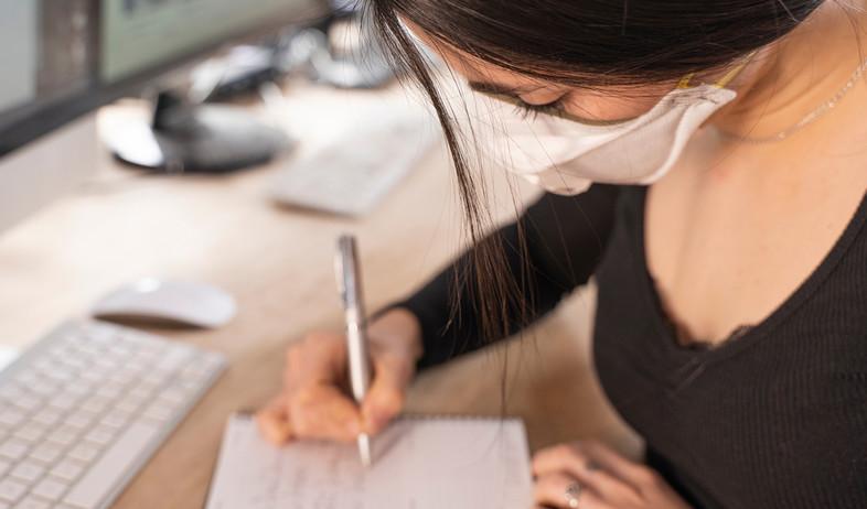 אישה עובדת במשרד עם מסיכה (אילוסטרציה: Deliris, shutterstock)