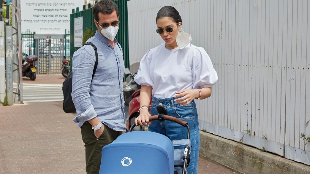 שיר אלמליח יוצאת מבית החולים. אפריל 2020 (צילום: שוקה כהן, פרטי)