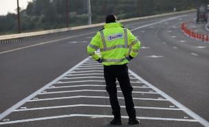 שוטר במחסום בכביש 1 בזמן הסגר בחג הפסח (צילום: נתי שוחט, פלאש 90)