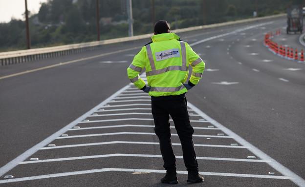 שוטר במחסום בכביש 1 בזמן הסגר בחג הפסח