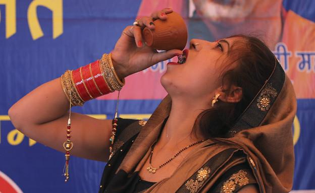 שתיית שתן פרות בהודו בגלל הקורונה (צילום: ap)