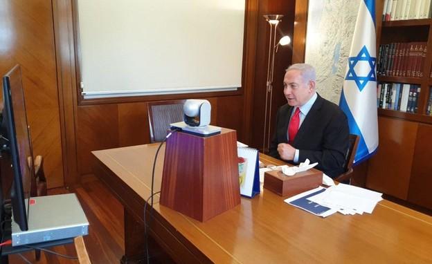 נתניהו מנהל את הישיבה ממשרדו