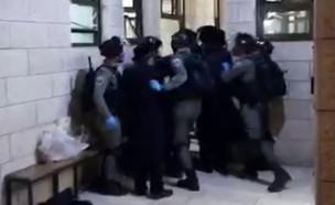 עימות בין חרדים לשוטרים במאה שערים (צילום: חיים גולדברג, כיכר השבת)