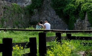 זוג בבית קברות (צילום: shutterstock | Djuhera Almir)
