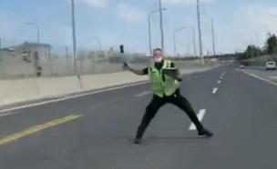 """רוכב אופנוע נמלט ממחסום משטרתי (צילום: קבוצת """"חץ כחול"""")"""