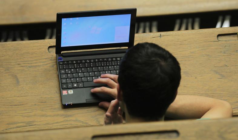 נער מול מחשב (צילום: Johannes Simon, GettyImages IL)