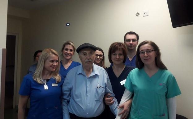 הירש ליטמנוביץ' עם הצוות הרפואי בפולין
