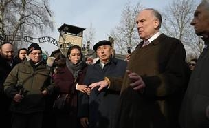 הירש לצד משפחתו באושוויץ (צילום: דניאל חיימוביץ)