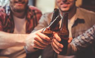 חברים שותים בירה (צילום: shutterstock_By George Rudy)